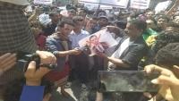 تواصل الاحتجاجات الغاضبة في تعز مطالبة بإقالة رئيس الحكومة تنديدا بانهيار العملة